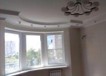 Ремонт гостиной с необычным окном и потолком