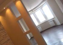 Ремонт гостиной с оригинальной стеной